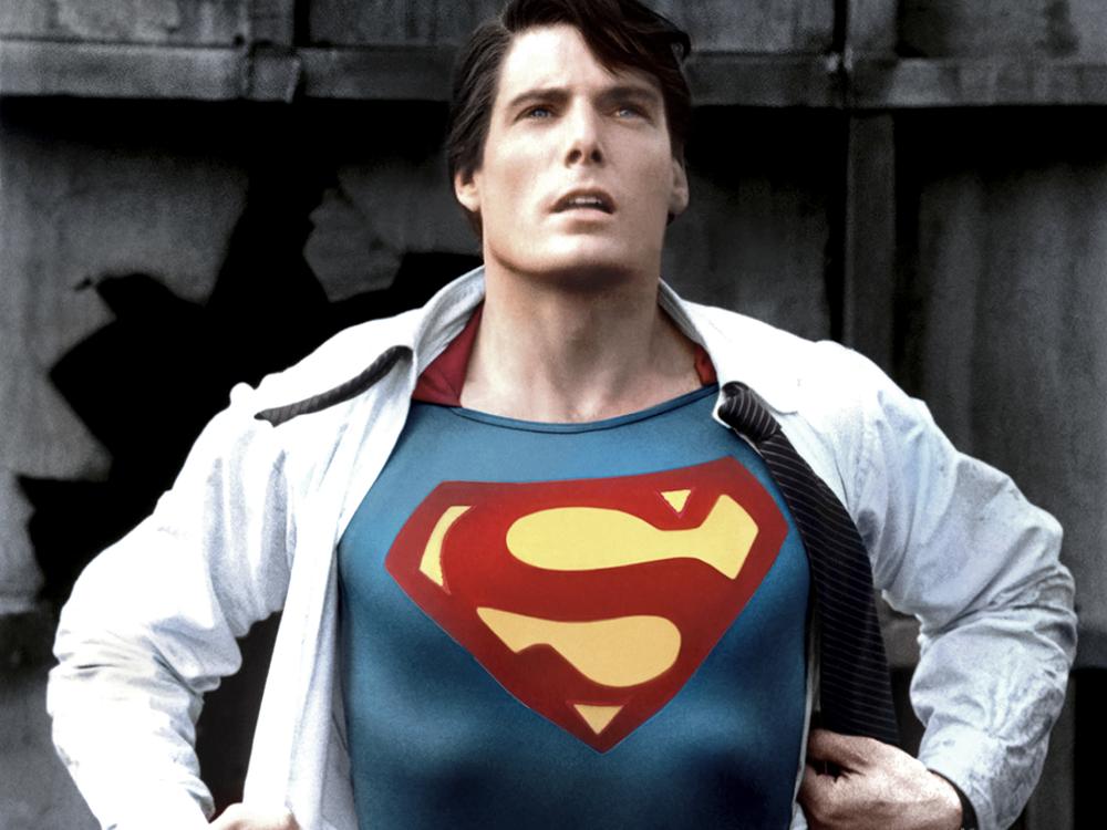 Superman / Clark Kent. Mais um clássico. E dos bons, daqueles que nunca sai de moda. Sabe aquela camiseta do Super-Homem que todo mundo tem? Então, vista ela por baixo de um terno, penteie bem o cabelo e finalize com um óculos de armação grossa. Muito melhor do que botar a cueca por cima da calça, não é?