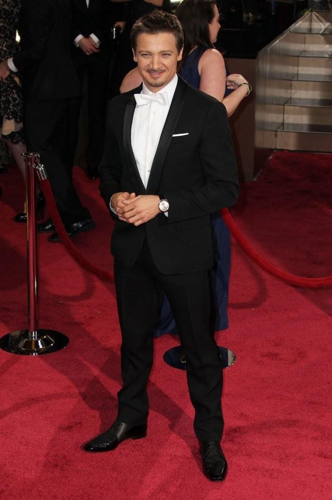 Jeremy Renner fez bonito ao investir na clássica combinação camisa branca + gravata branca. Perfeito.