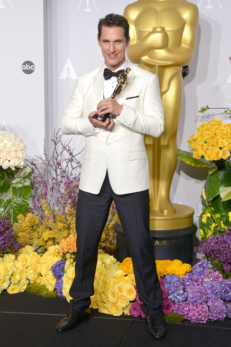 E o smoking branco fez mais uma vítima. E mais uma que deu certo. Tudo graças a um alfaiate talentoso. Impossível criticar a escolha de Matthew McConaughey.Ainda mais depois de receber o prêmio máximo da noite.