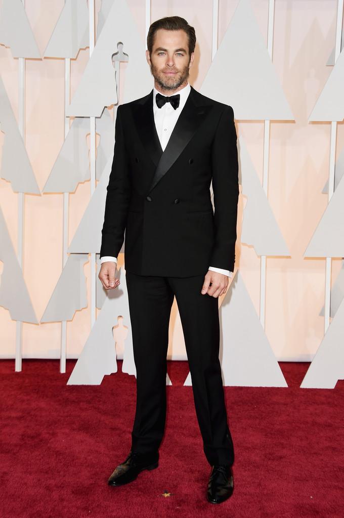 """Chris Pine foi um exemplo de masculinidade na noite de ontem. Não só pelo smoking de abotoamento duplo, nem pela barba cheia de personalidade. Mas também por não esconder as  lágrimas  após a apresentação da música """"Glory"""" por Common e John Legend."""