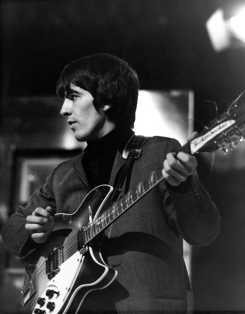 Aquele Beatle que todos adoram. O Beatle, que, ao sair dos Beatles, se revelou um músico estupendo. Um cara que encantou todo mundo com carisma, talento e músicas incríveis. George podia até não ser o cara mais elegante da música. Caras como Mick Jagger, David Bowie e até o seu grande amigo Eric Clapton se destacavam mais nesse quesito. Acontece que George, do seu próprio jeito, influenciou muita gente. Desde a adolescência, na versão motoqueiro, passando pelos anos de ouro, com ternos e gravatas impecáveis até a sua fase esotérica. George foi um símbolo da geração hippie e até hoje, quando completaria 72 anos, influencia homens, mulheres, jovens, velhos e tudo mais com tudo isso aí que a gente já falou. A saudade é grande, mas o legado é maior ainda.