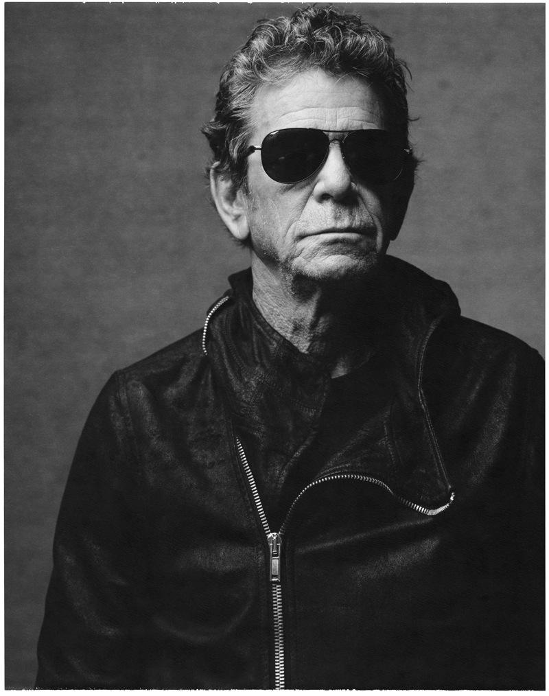 Lewis AllanReedé o nome. Mas pode chamar de Lou. Ou de poeta das ruas de Nova York, como ficou conhecido após compor tantas músicas que até hoje embalam uma das cidades mais importantes do mundo. Lou Reed foi, nos anos 70 e 80, um dos maiores expoentes do rock alternativo. Fosse à frente do Velvet Underground ou em carreira solo. Tudo a bordo de um estilo inconfundível. Simples, mas que falava muito a seu respeito. Lou faleceu há menos de dois anos, e talvez por isso seja tão estranho (para não falar difícil) dizer que hoje ele faria 73 anos. Enfim, o que importa é que o seu estilo, as suas músicas e o seu talento para qualquer outra atividade, ficam.