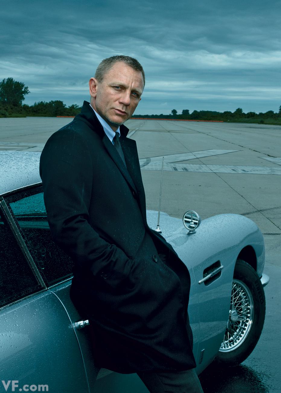"""Tarefa difícil falar sobre a importância e a influência do atual James Bond. Daniel Craig nasceu em Chester, no oeste da Inglaterra e desde os 38 anos vive o espião mais famoso do Reino Unido. Também o mais elegante. Aos 47 anos, Craig vive o auge da carreira, tendo participado de alguns dos filmes mais elegantes do cinema como """"Estrada para Perdição"""", """"Millenium: Os Homens Que Não Amavam As Mulheres"""", além da """"007"""" com """"Casino Royale"""", """"Quantum of Solace"""", """"Skyfall"""" e o mais recente""""Spectre"""", ainda em processo de produção. Papéis que, ao que tudo indica, ajudaram o ator a se tornar um dos mais bem vestidos do país, sendo sempre apontado como uma referência de estilo. Inclusive por nós, é claro."""