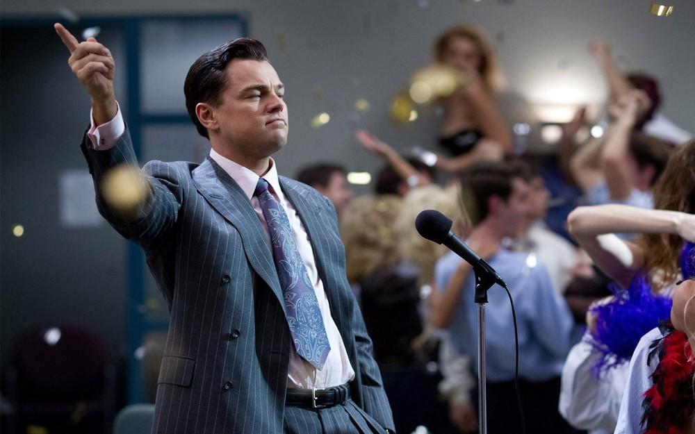 O Lobo de Wall Street. DiCaprio não levou o Oscar, mas com certeza levou o prêmio de mais elegante no ano passado. Em mais essa pérola de Martin Scorsese, vemos Wall Street com um olhar cômico, ácido e cheio de estilo.