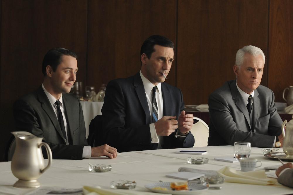Mad Men. Não tinha como deixar de fora aquele que, para muita gente, é a série mais elegante de todos os tempos. Don Draper e companhia trazem os áureos tempos da publicidade a bordo de ternos e gravatas de dar inveja.