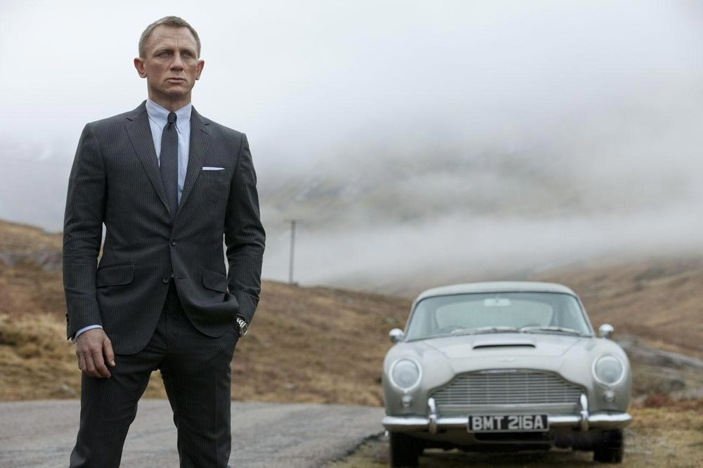 007 - OperaçãoSkyfall. Finalizando a nossa lista com a mais recente epopéia da saga 007. Dessa vez vemos um James Bond mais ligado ao passado. Tanto nos automóveis quanto nos ternos.