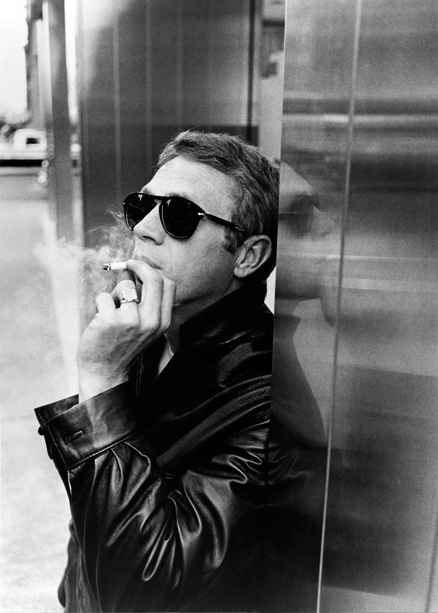 Terence Steven McQueen. Talvez o nome mais idolatrado pelos amantes do cinema e dos filmes de ação. Sim, muito antes de Tom Cruises e Vin Diesels, tivemos esse elegante rapaz aí de cima. Principal nome do gênero durante as décadas de 60 e 70, McQueen é a personificação do  cool . Seus figurinos, dentro e fora das telas, eram inspiradores e completamente atemporais. Não é à toa que até hoje ele nos presenteia como referência de estilo masculino. Mesmo falecido há mais de 30 anos (morreu em 1980, vítima decâncer na membrana) ele, que hoje completaria 85 anos, segue nos inspirando. E vai continuar por muito tempo.
