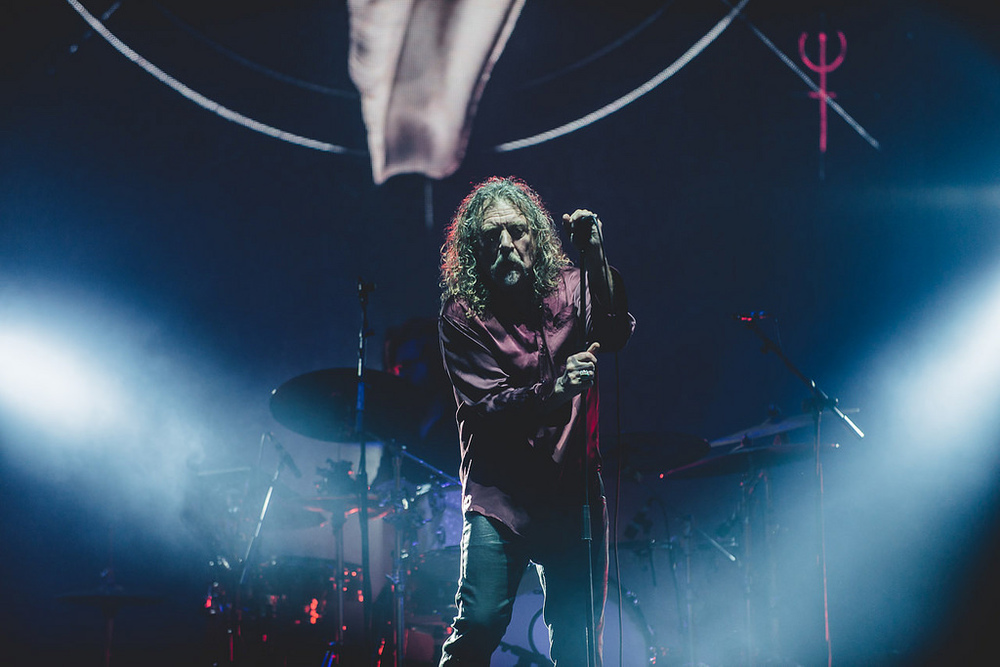 Das mais esperadas atrações, o mito Robert Plant botou a sagrada cabeleira para balançar no primeiro dia do evento. Um estilo único, sem qualquer tipo de ressalva.