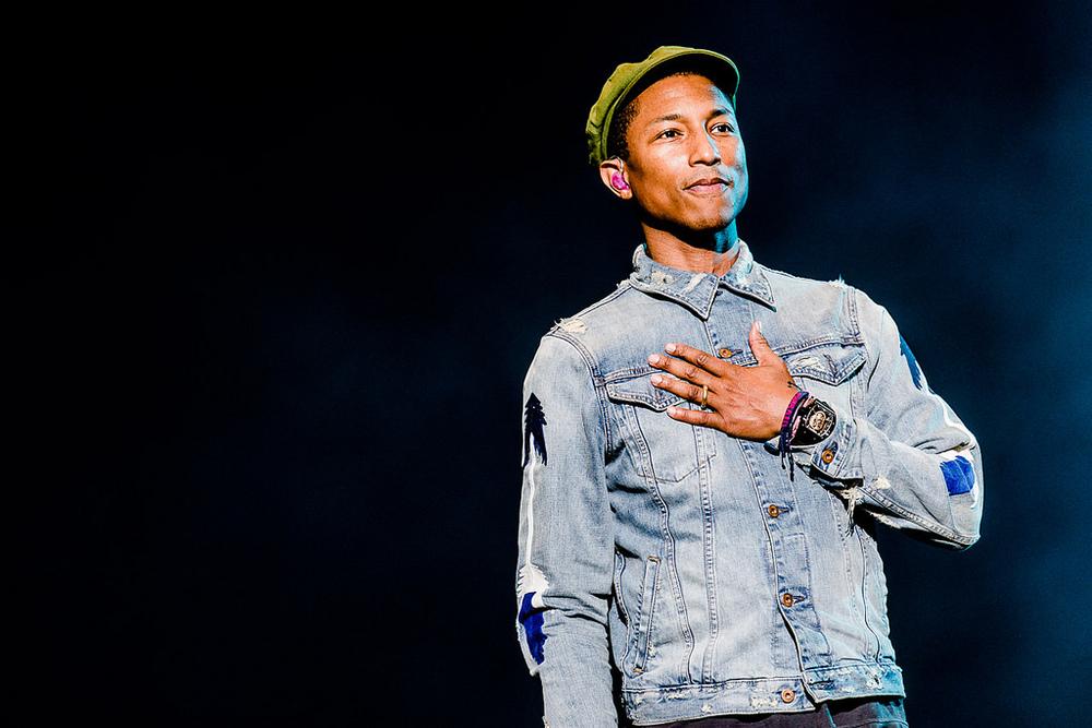 Fechando a última noite do festival, Pharrell Williams fez quem se manteve firmeaté o último segundo em Interlagos dançar o tempo todo. À bordo de um visual moderno, bem mais comportado do que estamos habituados, o cara mereceu elogios também nesse quesito.