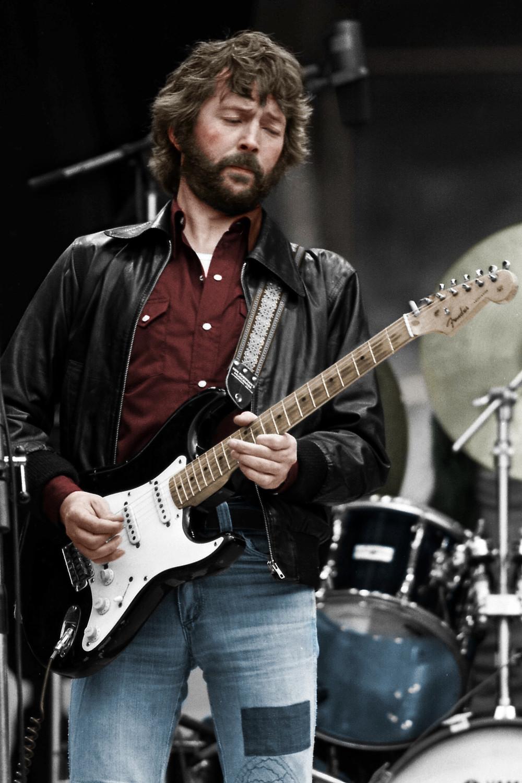 """O penúltimo dia do mês também marca o 70º aniversário do """"Deus"""" da guitarra,Eric Patrick Clapton. Considerado por muita gente o maior guitarrista de todos os tempos, Eric teve uma vida movimentada (recomendamos muitoa leitura da sua autobiografia). Tragédias, vícios, mulheres e um enorme arsenal de músicas incríveis. Ele pode até não ser um ícone de estilo, mas nos anos 60 e 70, Eric era um dos caras mais respeitados e idolatrados, fazendo escola e ditando moda com os inúmeros penteados, até o jeito de equilibrar o cigarro na guitarra. Por isso hoje, além de homenagearmos mais esse gênio da música internacional, lembremos também da sua contribuição para a cultura moderna. Em todos os sentidos."""