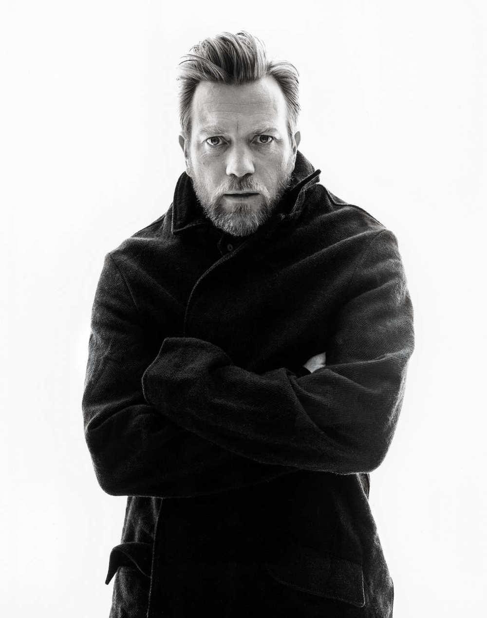 """Ewan Gordon McGregornão é apenas um dos atores escoceses mais importantes e talentosos da atualidade. Étambém um dosmais elegantes do mundo. Com mais de 50 filmes na carreira, entre eles, sucessos eternos como """"Trainspotting"""", """"Star Wars"""", """"Peixe Grande"""" e """"Anjos e Demônios"""", Ewan é também um entusiasta das motocicletas clássicas - fator influenteno seu figurino diário. E por falar em figurino, Ewan é mesmo um exemplo. Simplicidade e bom gosto são adjetivos que o caracterizam muito bem, a julgar pelas suas inteligentes escolhas para ternos e demais costumes. No seu 44º aniversário, ele recebe o nosso aplauso pelo talento como ator eícone de estilo. Sem falar no sotaque mais elegante que existe."""