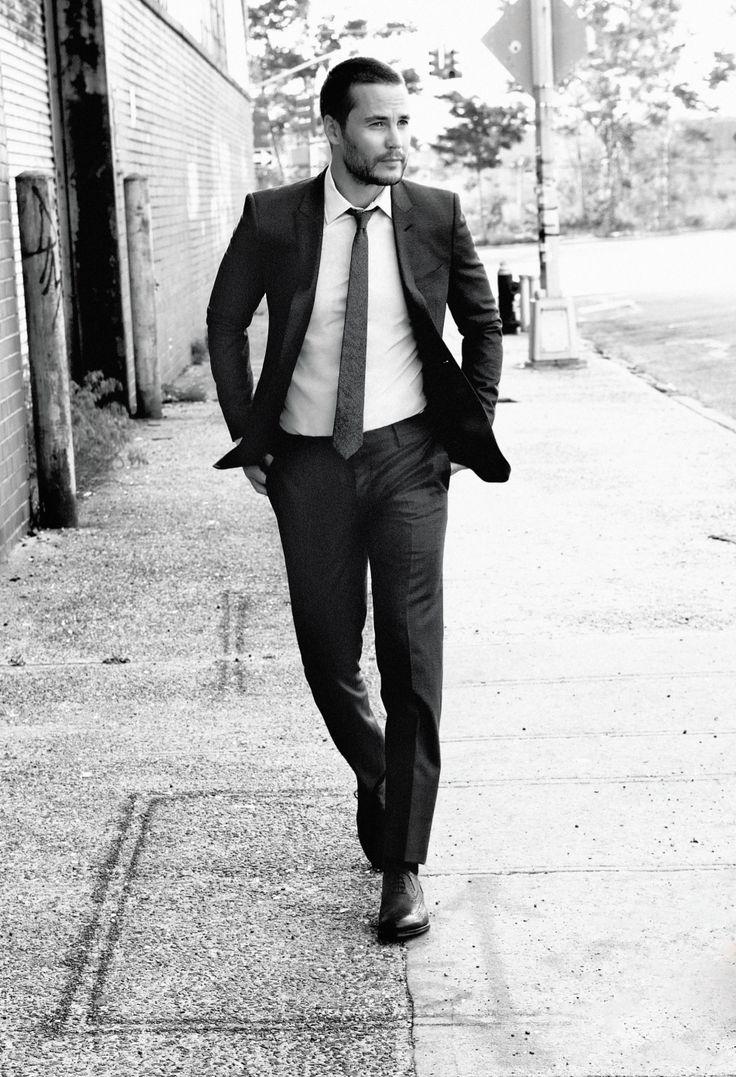 """Taylor Kitsch é uma das recentes revelações de Hollywood que mais sucesso fez nos últimos anos. Embora canadense, o garoto já brilha no cinema americano com filmes como """"X-Men Origins: Wolverine"""", """"John Carter"""", """"Selvagens"""" e """"O Grande Herói"""". Em matéria de estilo, o cara também se destaca. São combinações elegantes em festivais de cinema, premieres e até editoriais de revista. Sim, publicações como Details e Esquire já estamparam o rapaz nas suas páginas. No seu 34º aniversário, Taylor aproveita o seu auge da carreira. Bem como o posto de um dos novos atores mais elegantes da atualidade."""