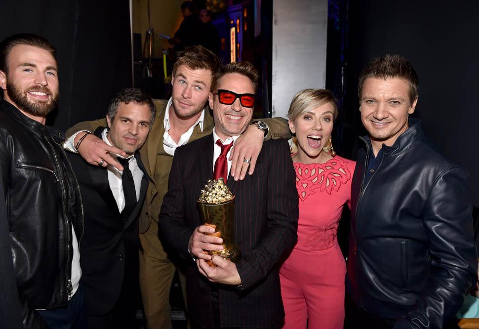 """O elenco da franquia """"Vingadores"""" subiu ao palcopara entregar a Robert Downey Jr. o prêmio pelo conjunto da obra. e no figurino, muitos acertos - tirando o Homem de Ferro. Chris Evans, MarkRuffalo,Chris HemswortheJeremy Renner, cada um do seu jeito, estiveram perfeitos. Já Downey Jr. exagerou no tamanho do blazer, da camisa eda gravata. O óculos já virou marca registrada e a gente deixa passar."""