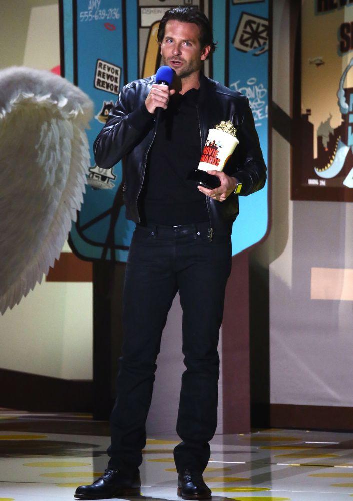 Cada vez mais consolidado como um dos grandes atores da sua geração, Bradley Cooper mais uma vez mostrou que seu estilo vem melhorando cada vez mais com o tempo. E ontem foi mais uma mostra de que as roupas largas e sem corte estão dando lugar a combinações inteligentes e muito elegantes.