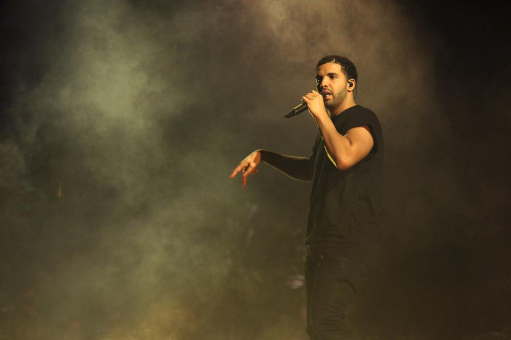 Outra das atrações mais esperadas do festival, Drake foi mais um que apostou no preto para embalar a plateia ao som de umhip hopda mais alta qualidade. Muito melhor do que aqueles correntões e calças folgadas.