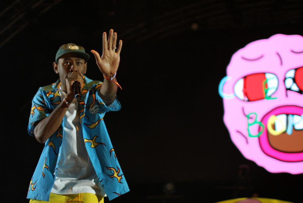 Quase na mesma onda irônica do estilo de Angus Young, mostrado acima, o rapper Tyler the Creator também apostou no figurino funny para subir ao palco. Escolha polêmica, mas que combina muitocom o estilo do cara.