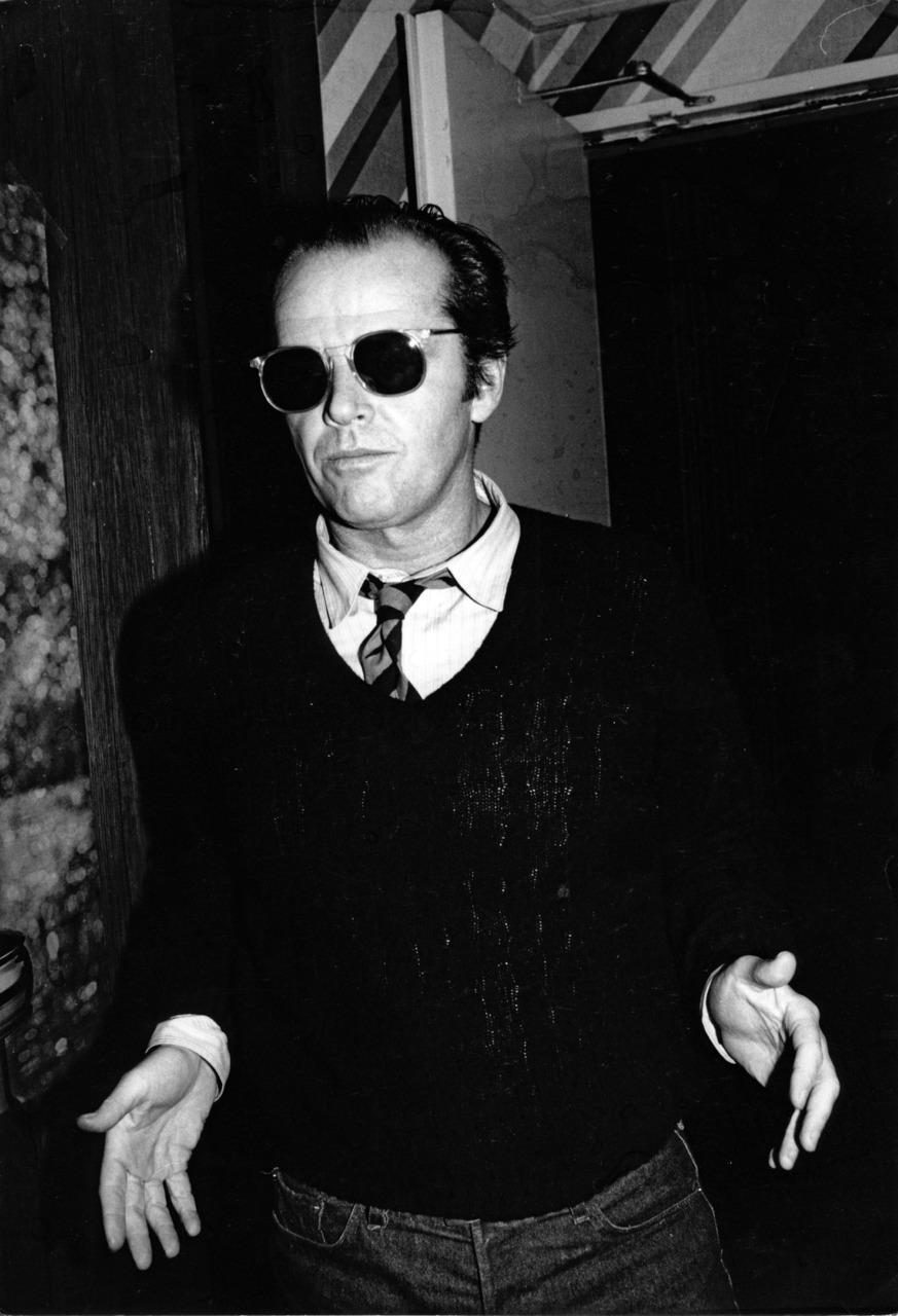 John Joseph Nicholson dispensa qualquer tipo de apresentação. Para muitos, o maior ator de todos os tempos, Jack Nicholson é mais um daqueles ícones eternos da nossa cultura moderna. Ao lado de nomes como Clint Eastwood, Marlon Brando e Cary Grant (para citar alguns), Jack virou mais do que uma referência, virou um símbolo. Ele pode até não ser o cara mais elegante da história do cinema, mas dá só uma olhada na foto aí de cima... É uma mistura de tudo: elegância, personalidade e originalidade. Sem falar nas generosas doses de loucura. Aos 78 anos, Jack Nicholson recebe aqui não só a nossa homenagem, mas o nosso agradecimento. Pelos filmes, pelas piadas, pelas roupas e mais tudo aquilo que nos faz chamá-lo de gênio.