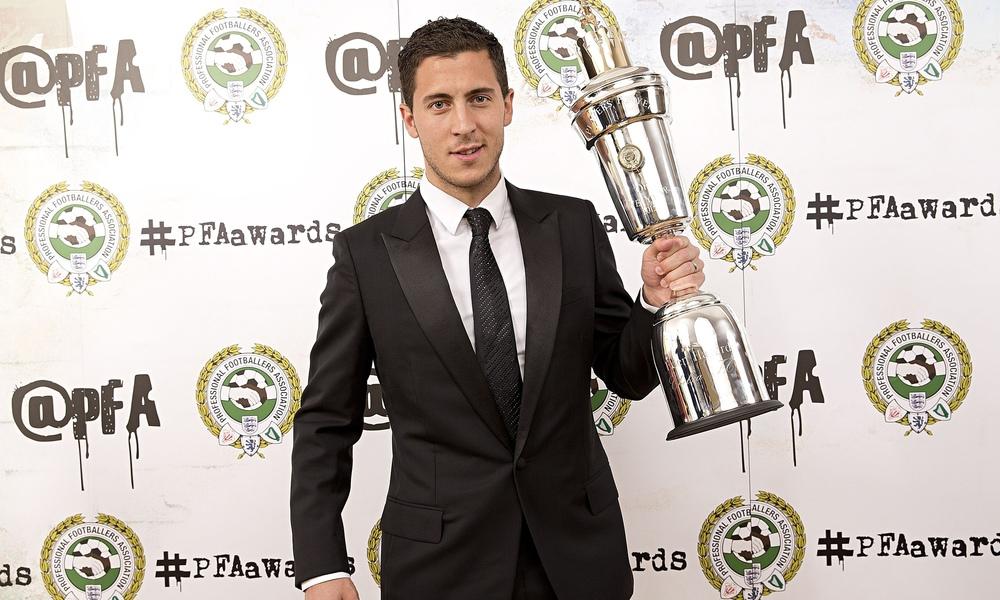 Eden Hazard recebeu o merecido prêmio de melhor jogador do campeonato. O meia do Chelsea recebeu o troféu trajando um elegante terno de apenas um botão e lapelas encorpadas. Nada de brilhos ou cores espalhafatosas. Um legítimo craque.