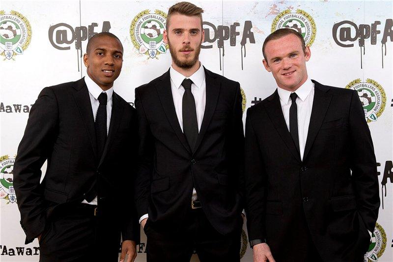 Ashley Young, David De Gea e Wayne Rooney (todos do Manchester United) também passaram longe das estampas chamativas e das cores espalhafatosas na hora de prestigiar o evento. Fizeram o certo apostando no simples.