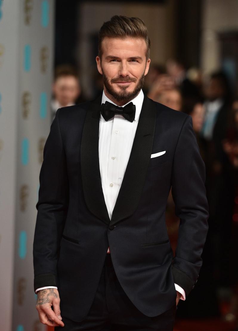 Barba. Fazer a barba não é sinônimo de elegância. O contrário também não, é claro. Mas tomem Beckham como exemplo: uma pequenadose de cuidado  (sem exageros, por favor) com os pelos faciais faz toda a diferença.