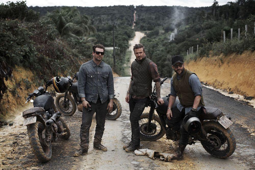 """Motos. Uma paixão queo atleta não esconde de ninguém é a motocicleta. E não há como negar o acréscimo que elas trazem para o figurino. Até mesmo para um senhor de 40 anos como ele. * Recomendamos o documentário """"David Beckham: Into The Unknown"""", no qual ele e mais três amigos desbravam a Floresta Amazônica sobre duas rodas."""