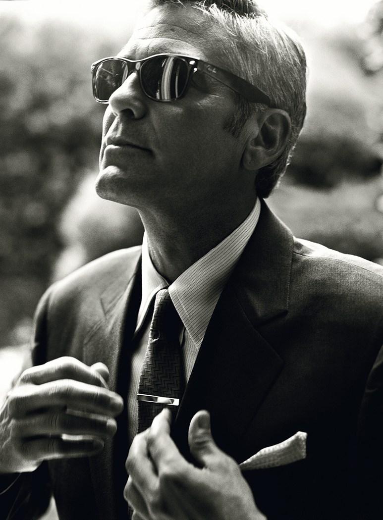 George Timothy Clooney, senhoras e senhores. O cara mais cool que o cinema já viu em anos. Ator, diretor, produtor, roteirista e grande defensor de causas humanitárias. Clooney pode não ser o cara mais bem vestido do mundo, mas poucos homens nesse planeta conseguem ficar tão elegantes com uma camisa básica e uma calça jeans, por exemplo. Ele completa hoje o seu 54º aniversário, e há quase 20 anos se mantém assim, simples, discreto e incrivelmente cool. E a nossa salva de palmas vai por todos esses atributos listados acima. Porque um homem elegante não é só aquele que se veste bem.