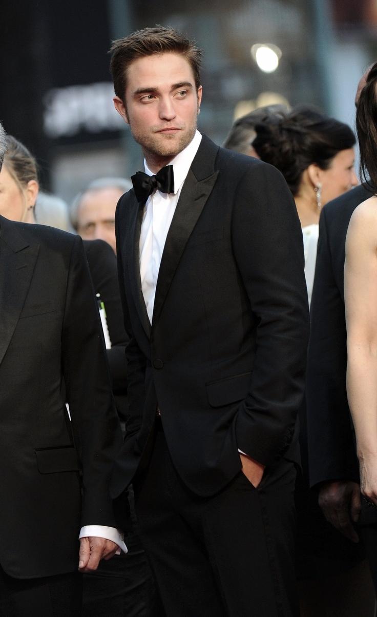 Robert Douglas Thomas Pattinson não é nem de longe um dos grandes atores da sua geração. Suas aparições em filmes hollywoodianos é, muitas vezes, constrangedora. Mas não estamos aqui para falar sobre as habilidades cênicas desse jovem de 29 anos. Robert é também, além de um dos maiores ídolos da geração 2000, um dos caras mais bem vestidos do cinema. Suas escolhas quase sempre são sinônimo de simplicidade e elegância. Um estilo jovem, que às vezes beira o despretensioso, mas possui autenticidade de sobra.É por isso que hoje aplaudimos o Robert Pattinson ícone de estilo. Um ator que inspira com os figurinos por onde passa. Os filmes a gente deixa para outra hora.