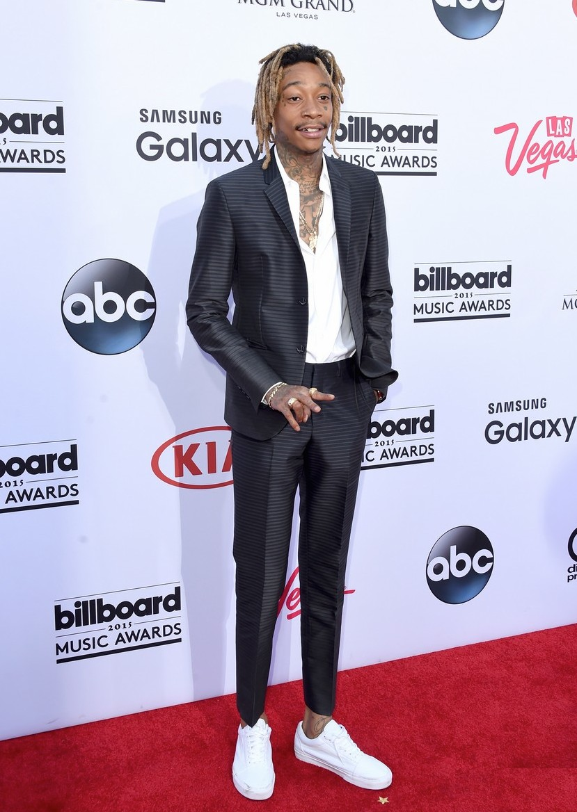 Wiz Khalifa não pode se considerado um cara mal vestido. Na noite de ontem, o excêntrico rapper vestiu um terno de corte invejável. Faltou um sapato mais adequado e fechar alguns botões da camisa. Ainda assim, passou pelo nosso crivo.