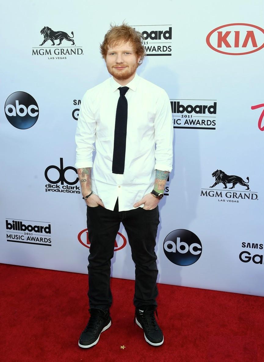 No seu já popular figurino 'terno sem blazer', Ed Sheeran se saiu muito bem. A calça jeans no lugar da social e a gravata de tricot deram uma quebra positiva para o conjunto.