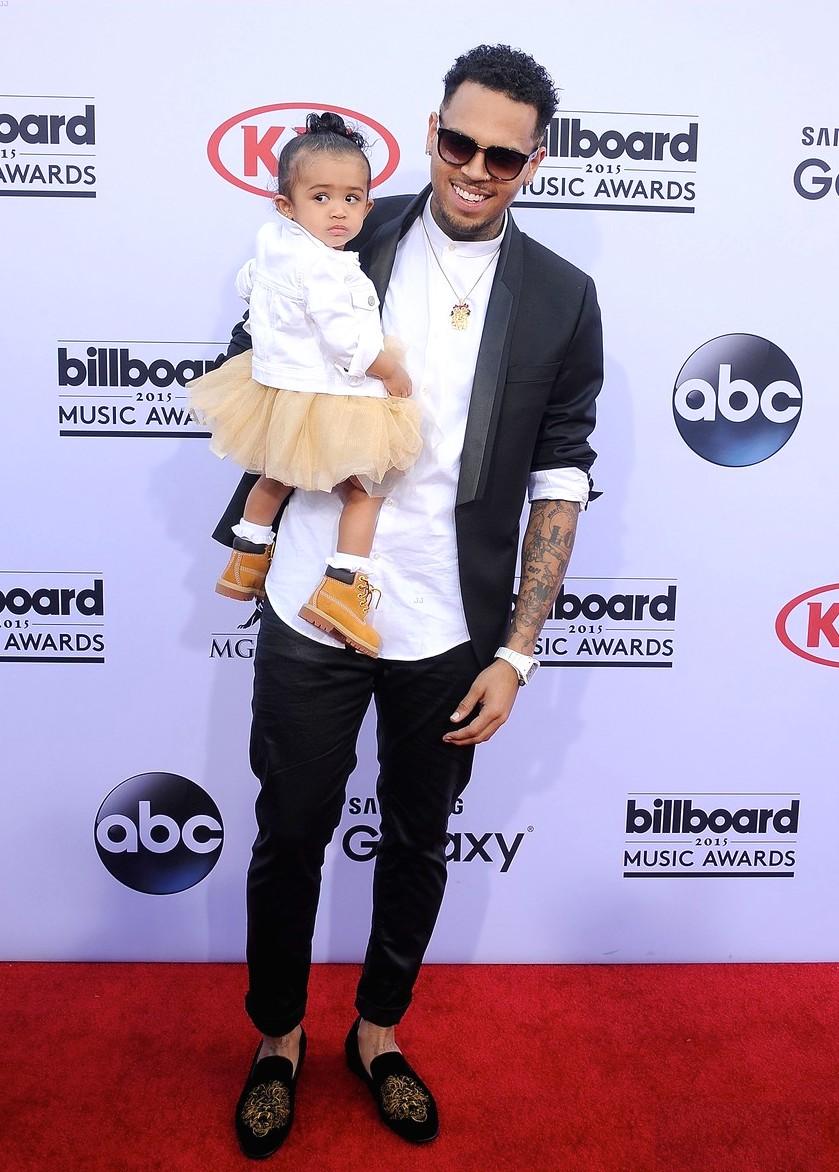 """Num estilo """"Daniel Alves"""", Chris Brown desfilou pelo tapete vermelho com mais um figurino nada convencional. E isso não é nenhum elogio. Nos faz lembrar daquela máxima de que: para não passar do ponto, invista no simples."""