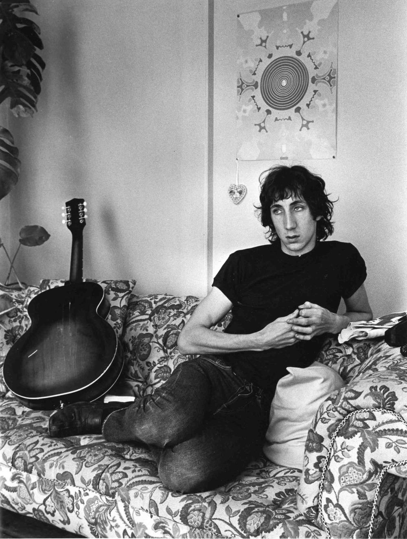 Peter Dennis Blandford Townshend, o grande cara por trás de uma das bandas mais importantes da história do rock and roll: o The Who. Pete Townshend, além de quebrar guitarras e dar saltos acrobáticos em cima do palco, foi um dos expoentes do movimento Mod, muito popular durante osanos 60 na Grã-Bretanha. Aos 70 anos, Pete já deixou para trás a rebeldia dos tempos de garoto. Mas isso não tira dele o mérito de ser um dos guitarristas/músicos mais influentes da cultura moderna e um verdadeiro ícone de estilo de inúmeras gerações. Vida longa ao mestre.