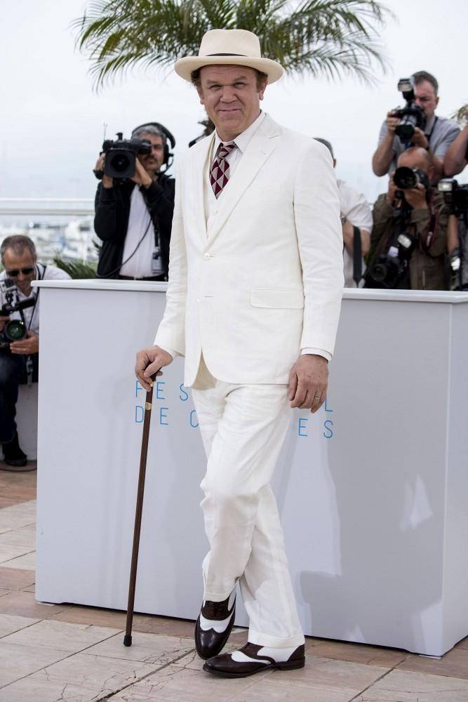 """John C. Reilly foi, sem sobra de dúvidas, um dos mais elogiados do festival. Com um visual à lá """"O Grande Gatsby"""", ele esbanjou elegância e originalidade na hora de trajar um terno de três peças branco. Para poucos, mas John soube se virar direitinho."""