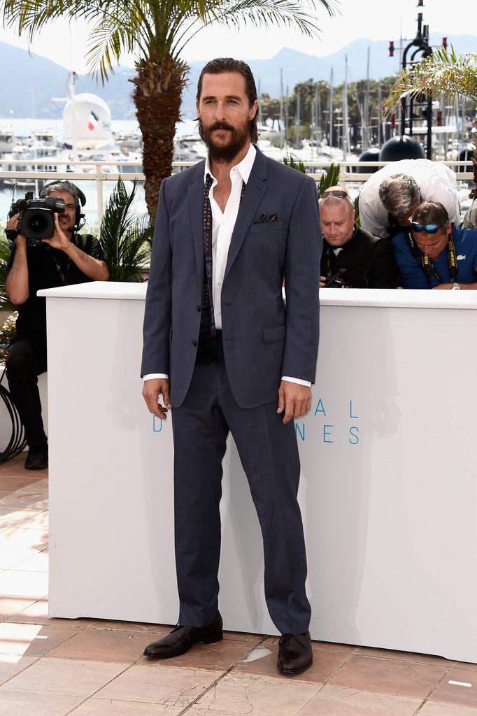 Novamente caminhando sobre aquela linha tênue que existe entre o bom gosto e o estranho, Matthew McConaughey errou e acertou ao mesmo tempo. O lenço em torno do pescoço é totalmente dispensável. Assim como a barba e o cabelo  mendigamente  arrumados. O resto, digno do grande ator que é.
