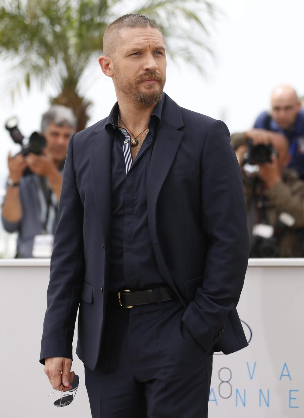 """Vivendo o seu auge da carreira, Tom Hardy, o mais recente Max Rockatansky de""""Mad Max"""", também merece elogios. Apesar do visual muito monocromático, nota-se que o cara sabe escolher as roupas com sabedoria."""