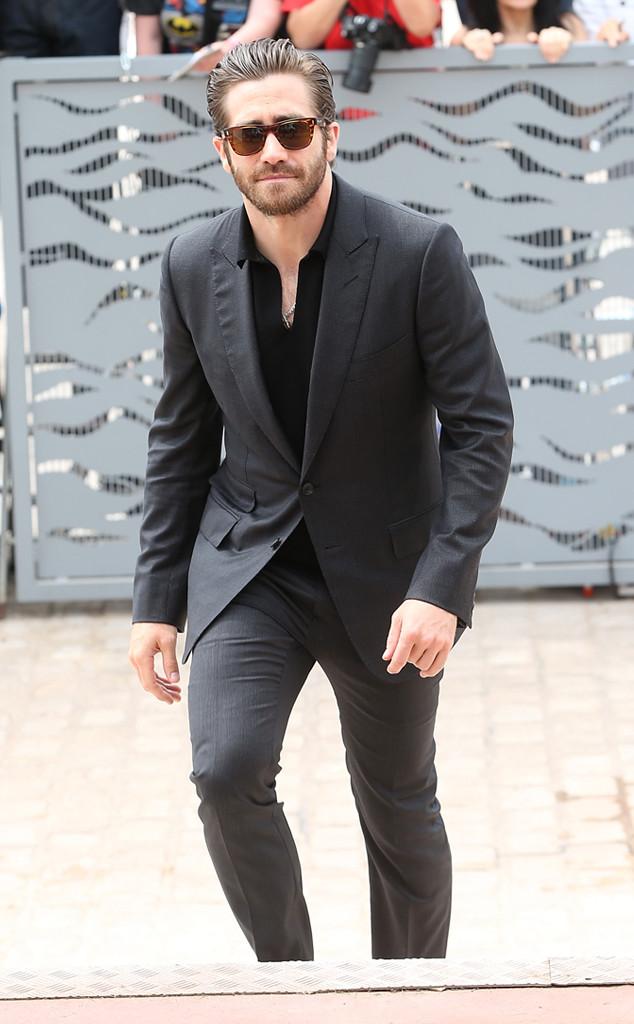 Mais uma vez o conforto chega de mãos com o bom gosto. Vejam Jake Gyllenhaal, por exemplo. Simples, discreto e transbordando elegância. E o que falar do penteado?