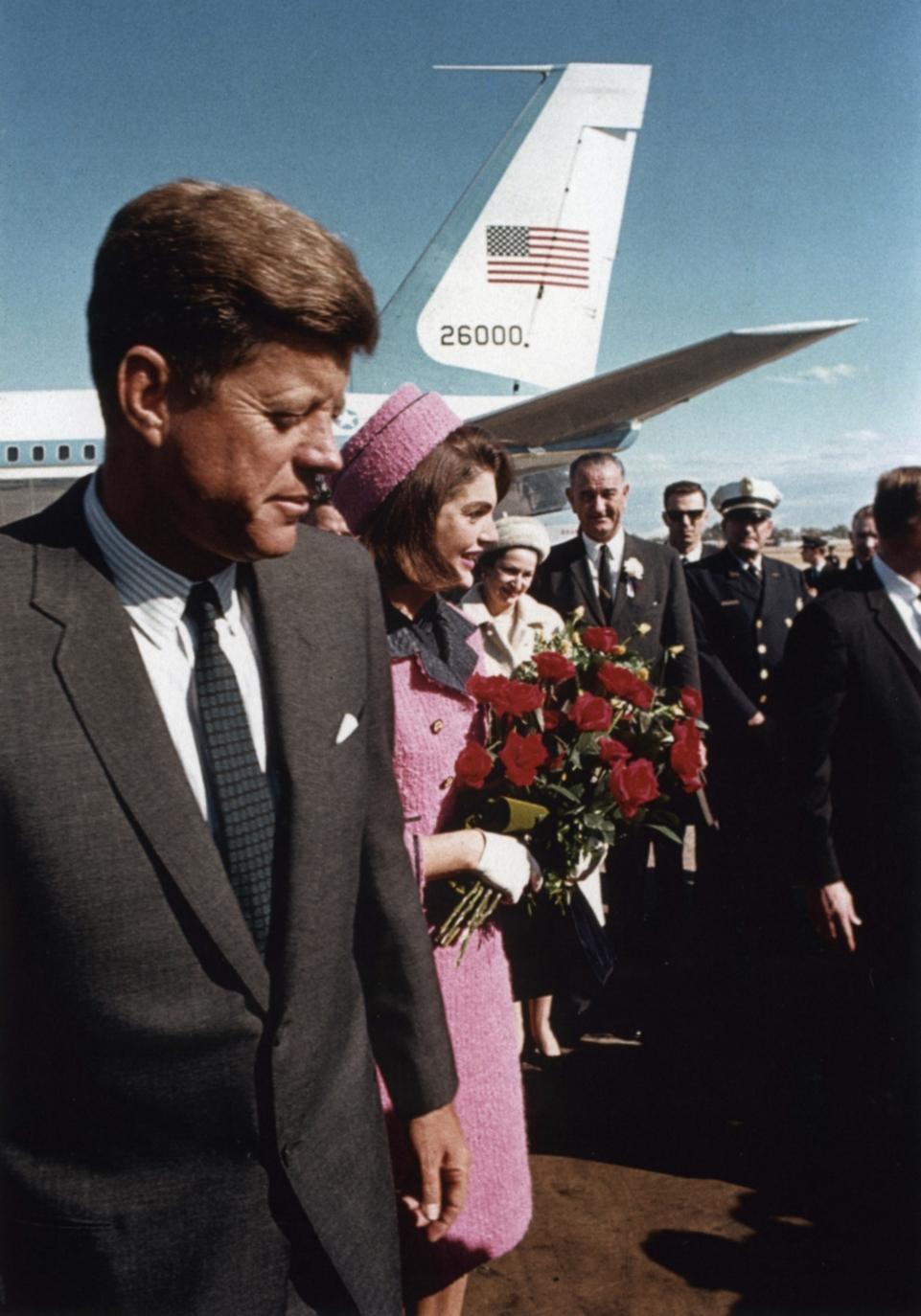John Fitzgerald Kennedy, ou só JFK, foi o 35º presidente da história dos Estados Unidos. E foi também, sem sombra de dúvidas, o mais elegante. Obama que nos desculpe, mas até ele sabe que é verdade. JFK era a classe em pessoa. Sempre impecável sem ser forçado demais. Ele tinha um ar natural que fazia com que os ternos, gravatas e até os abrigos de final de semana lhe caíssem perfeitamente bem. Um ícone eterno de estilo, que inspira homens há mais de 50 anos. E hoje, quando ele completariao seu 98º aniversário, lembramos de tudo isso para aplaudir e também agradecer.