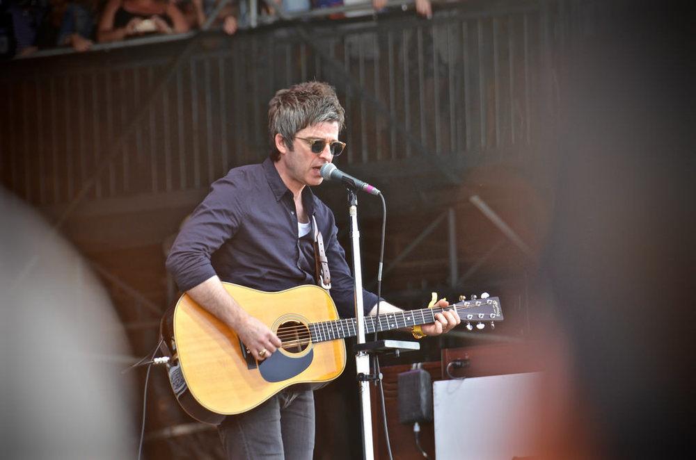 Noel Gallagher é um cara que melhora com o tempo. Pelo menos em termos de estilo. Depois dos anos 90 e até o fim do Oasis, o inglês tem aprimorado o seu guarda-roupas com bastante sabedoria. Até os fios grisalhos fizeram diferença.
