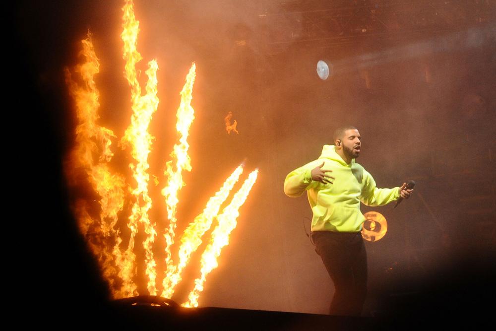 Moletom amarelo. Foi esse o erro de Drake - um rapper famoso pelas escolhas discretas e adequadas. Tudo bem, crédito ele tem de sobra. E claro, talento também.