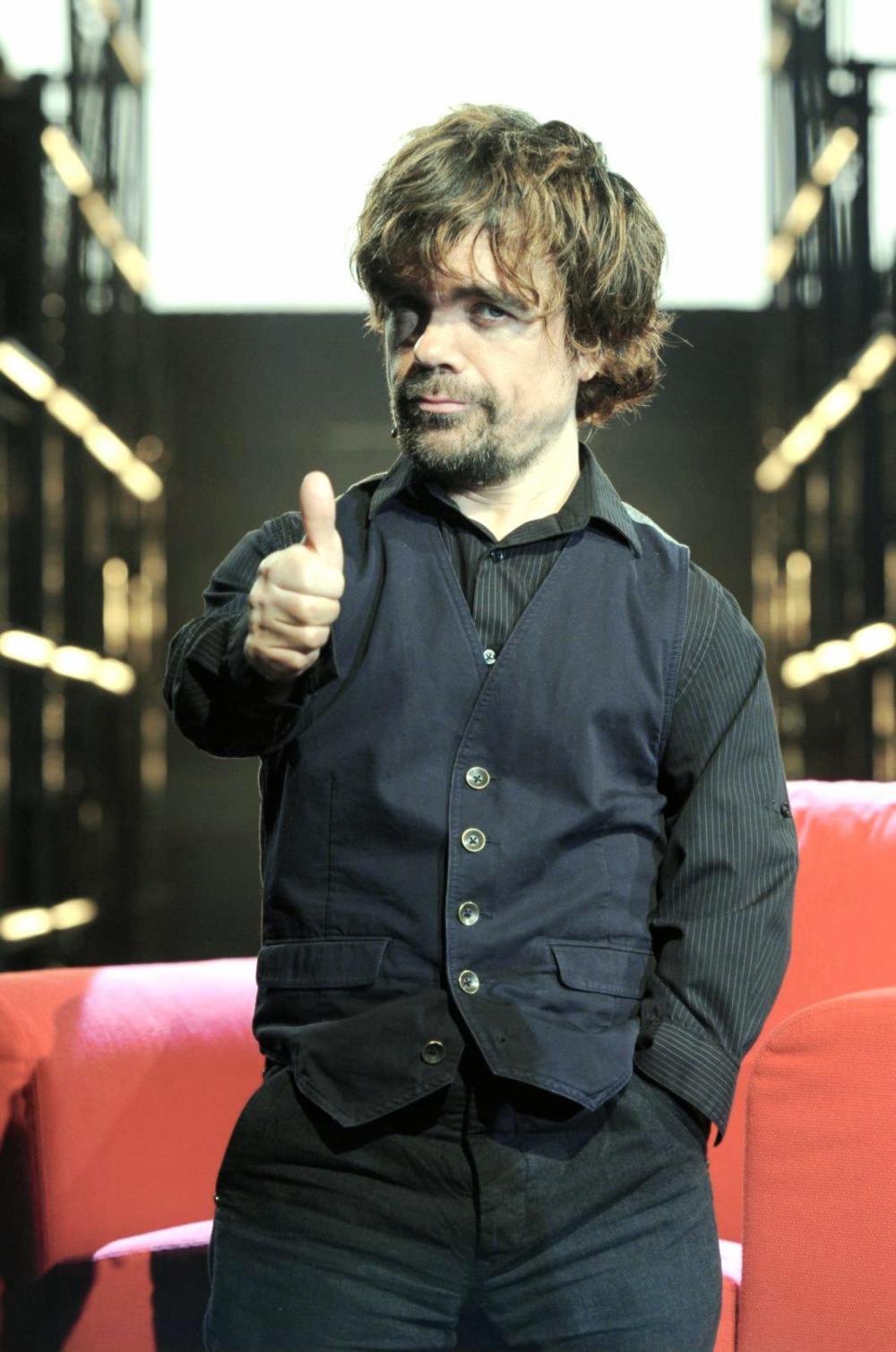 """Peter Hayden Dinklage - o provável ator de televisão mais badalado dos últimos anos. Não é por menos. Seu enorme talento para interpretar o 'peculiar'Tyrion, na série """"Game of Thrones"""" chama atenção. Foram quase 30 indicações para prêmios pelo mesmo papel. E como se não bastasse o carisma e o talento, a cada aparição de Peter, um figurino de primeira. Ternos, camisas, gravatas e sapatos que são pura elegância.Mostrando, mais uma vez, que tamanho, idade (ele completa 46 hoje), raça e opção sexual não são documento."""