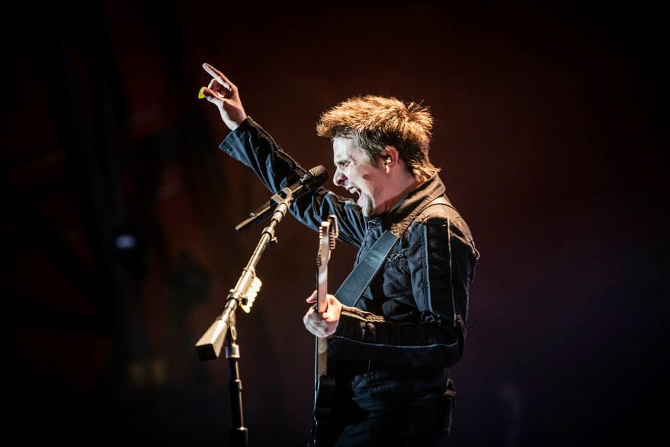 Muse Frequentemente perambulando entre o exagerado e o adequado, Matt Bellamy (foto) e seus companheiros de Muse pegaram leve e acertaram em vestir combinações discretas.