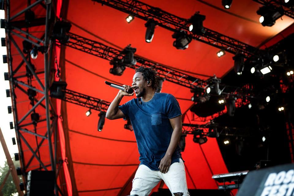 Kendrick Lamar Todo mundo sabe o quanto admiramos quando um rapper não exagera nas correntes e roupas largas. E Kendrick é um exemplo ótimo disso. Camiseta básica + calça jeans. Precisa mais?
