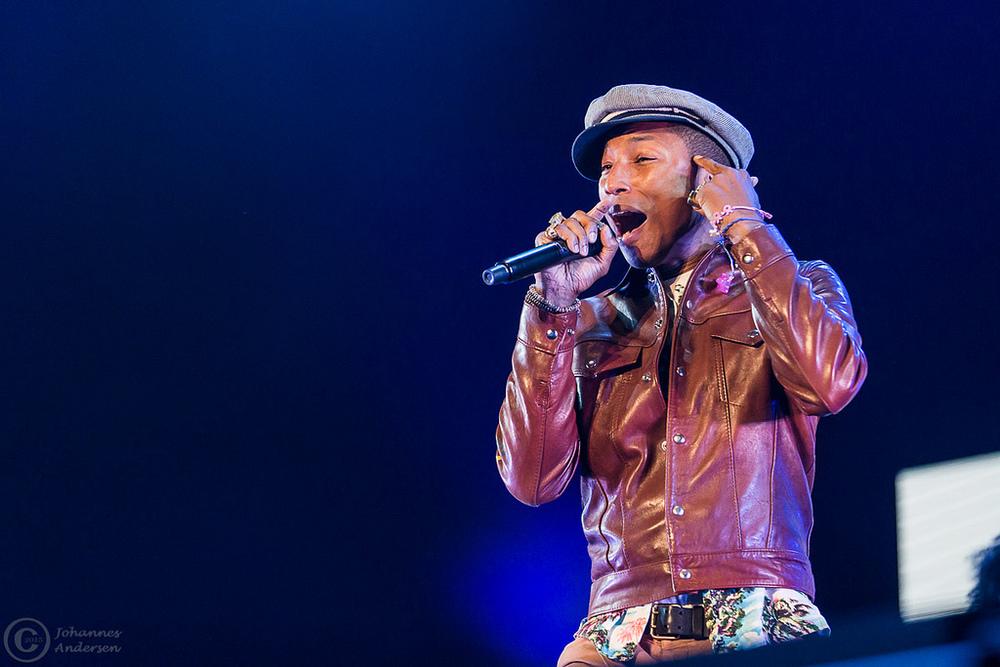 Pharrell Williams Tamb´em em constante conflito com o próprio guarda-roupas, Pharrell se saiu muito bem ao compor o figurino com uma camisa estampada e uma jaqueta de couro. O chapéu a gente nem considera mais...