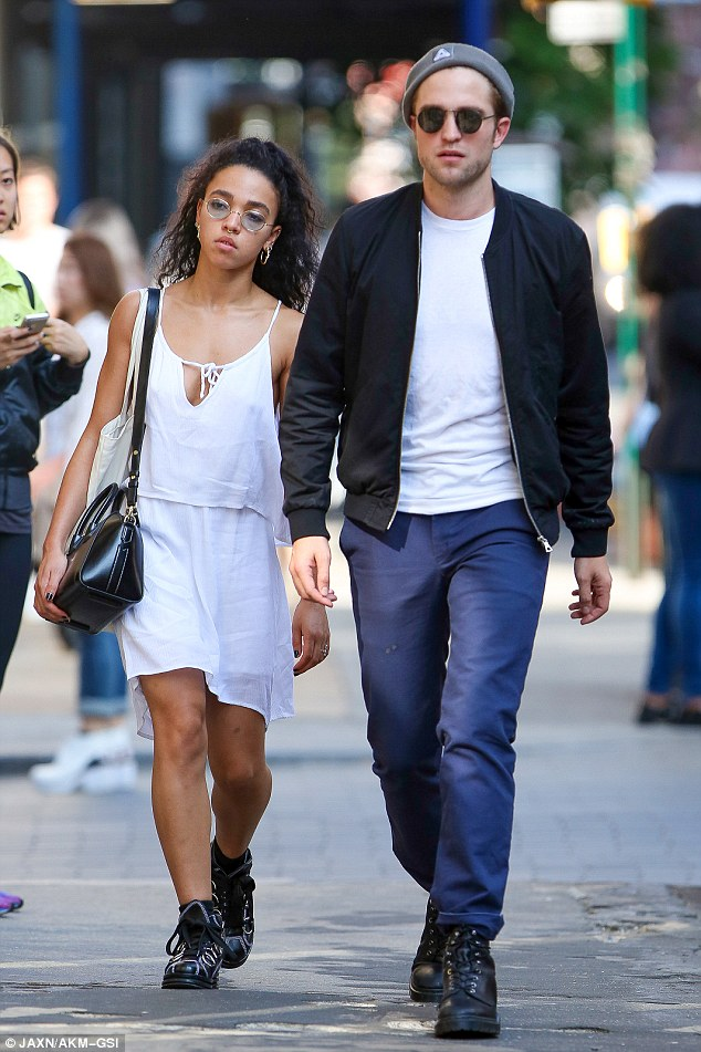 28E08C9C00000578-3088839-So_in_love_Robert_Pattinson_and_fiancee_FKA_twigs_took_a_stroll_-a-10_1432109808748.jpg