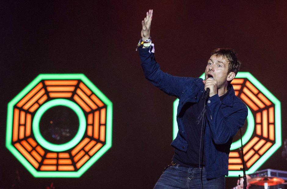 Blur Com o sempre tradicional estilo urbano inglês, Damon Albarn e seus comparsas de Blur subiram ao palco com bastante estilo e a também conhecida animação embalada pelos hits já históricos.