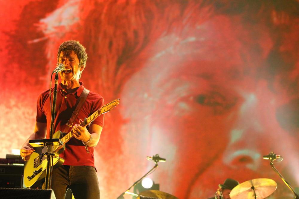 Noel Gallagher and The High Flying Birds Também seguindo o estilo britânico dos anos 90, Noel mostrou que a saída do Oasis não lhe afetou em nada. Aliás, conseguiu aprimorar ainda mais o seu guarda-roupas.