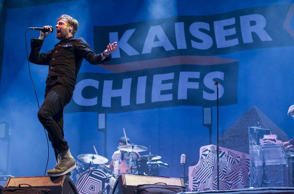 Kaiser Chiefs Afastados há algum tempo dos principais holofotes da música, os também ingleses do Kaiser Chiefs mostraram que a fama de uma das bandas mais bem vestidas da atualidade segue intocável. Bem como a presença de palco.