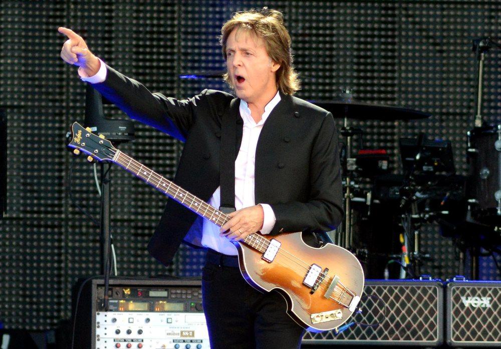Paul McCartney O que falar desse senhor. Limitando-nos ao figurino, Paul mais uma vez esbanjou carisma e elegância abordo de um terno preto, com camisa branca. Simplicidade e genialidade a serviço do rock 'n' roll.