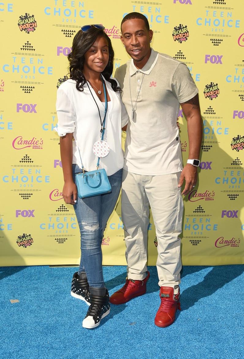 Ludacris Nem totalmente errado e nem totalmente certo. Ludacris acertou em vestir camiseta polo e poucos acessórios, por exemplo. Mas errou em usar o mesmo tom em tudo, principalmente com um tênis vermelho tão chamativo.