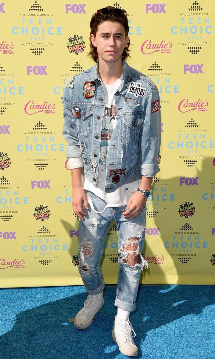 Nash Grier Jeans com jeans pode sim ser uma combinação possível. Mas não com esse arsenal de informações. Roupa rasgada pode sim ser legal, mas não no nível dessa aí. Faltou aquela última olhada no espelho.