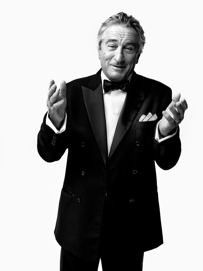 """Robert Anthony De Niro Jr. é um dos maiores atores de todos os tempos. O cara que viveu apenas filmes como """"Taxi Driver"""", """"O Franco Atirador"""",""""Touro Indomável"""", """"Bons Companheiros"""", """"Cabo do Medo"""", """"Casino"""" e tantos outros (quase 100). Aos 72 anos, De Niro pode ser comparado a outros mestres como Paul Newman, James Stewart e Marlon Brando, unindo carisma e muito talento para viver os mais variados personagens e inspirar inúmeros atores, diretores e também apreciadores do cinema."""